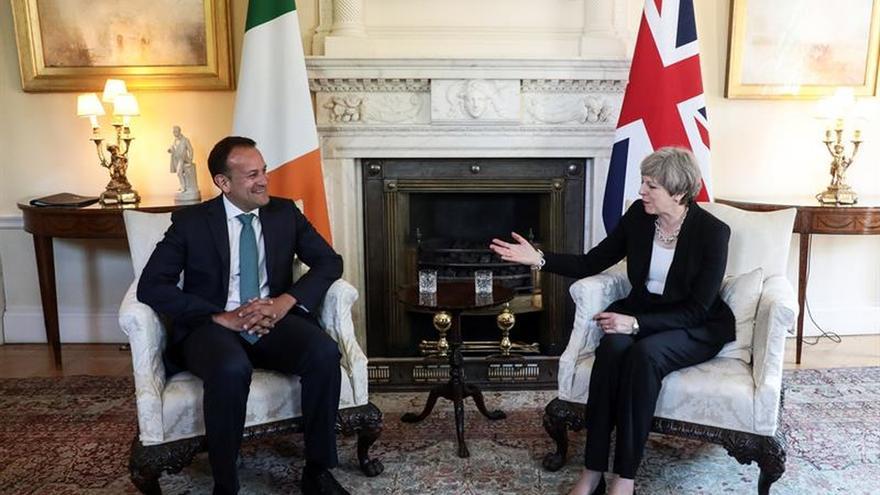 """May expresa a Varadkar que el """"brexit"""" no debilitará la relación con Irlanda"""