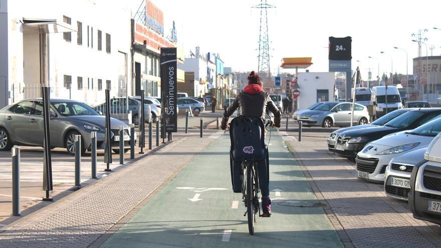 Una ciclista circulando por un carril-bici