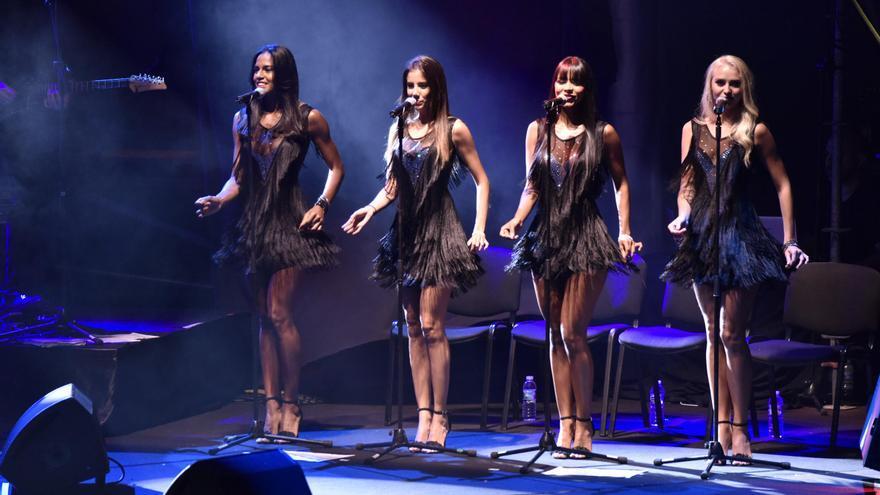 En la imagen, el coro del espectáculo de Julio Iglesias.