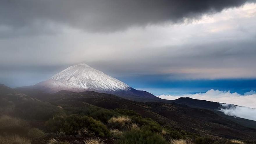 Vista general del Teide con las primeras nieves del otoño de 2018