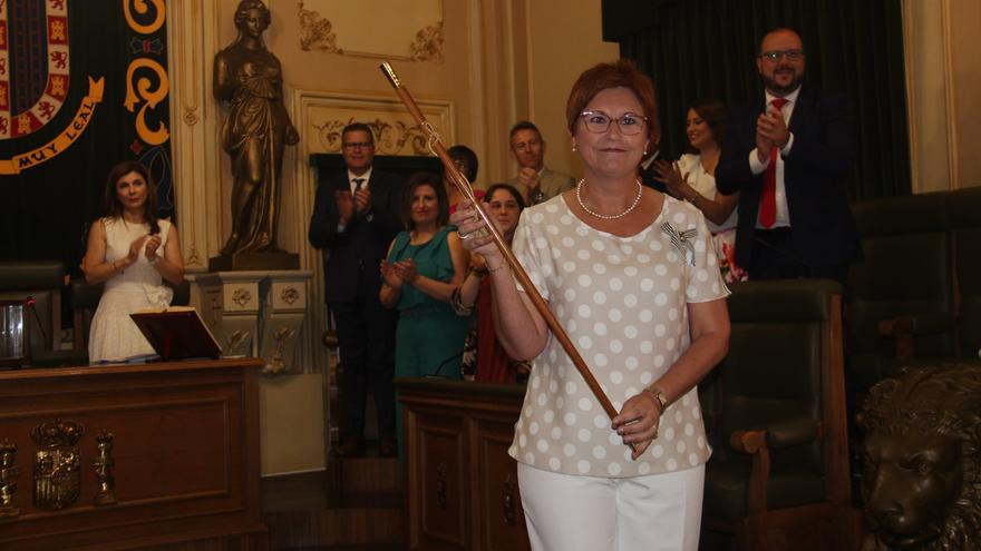 La socialista Juana Guardiola con el bastón de mando de Jumilla