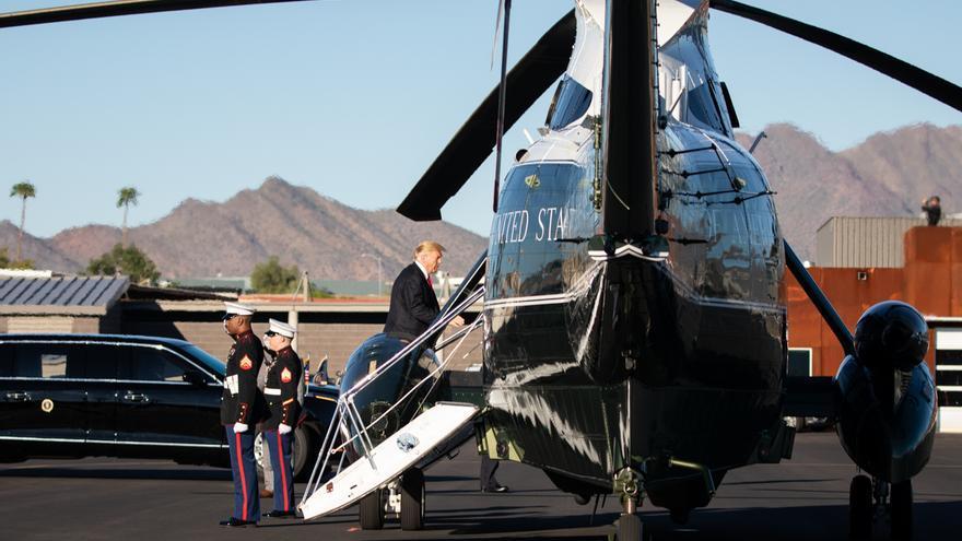 El presidente Donald J. Trump, en el Marine One en el aeropuerto de Scottdale en Scottsdale, Arizona