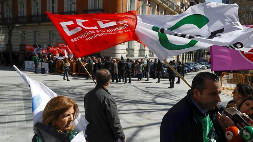 Unos 200 funcionarios de Justicia exigen a Catalá la equiparación salarial