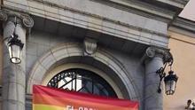 Aguado se desmarca del Ayuntamiento de Madrid y de su Gobierno y cuelga una una bandera LGTBi en la sede de la Vicepresidencia