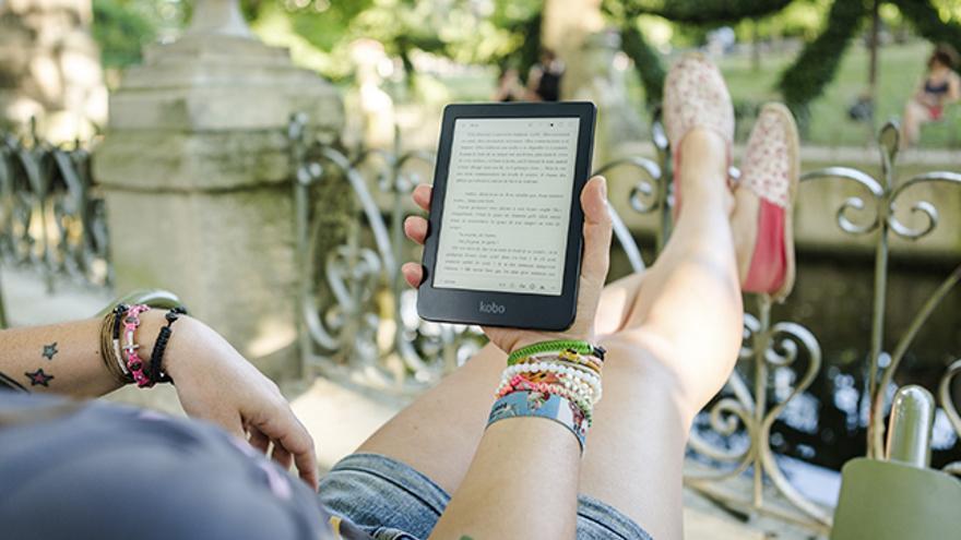 Mujer leyendo un ebook en el balcón