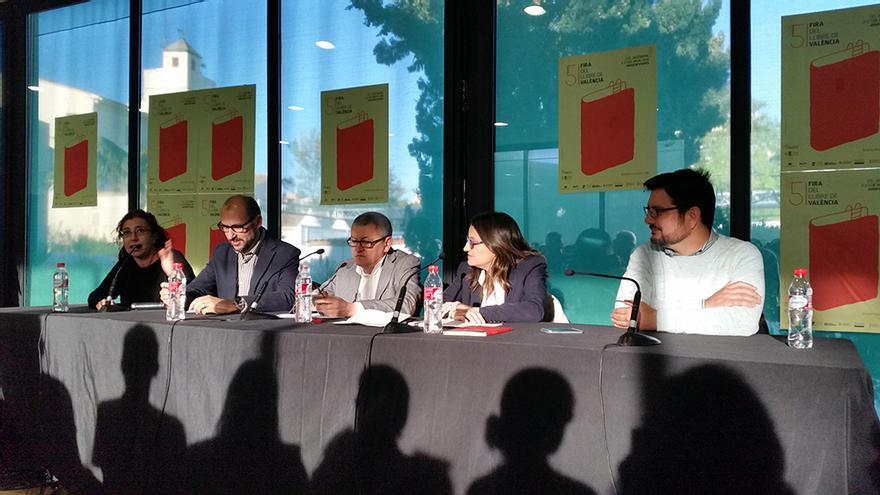 Mónica Oltra, Ignacio Blanco y Josep Moreno junto a Adolf Beltran y África Ramírez en la mesa redonda 'La lluita que va fer possible el canvi. Crònica d'una legislatura decisiva (2011-2015)'