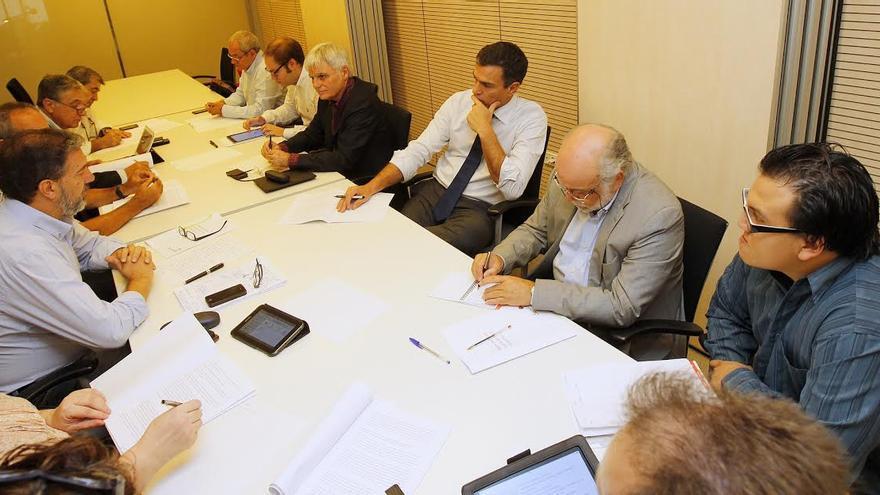 Pedro Sánchez y José Miguel Pérez con representantes de la comunidad educativa.