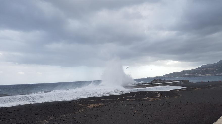 El mar ha batido  este martes con fuerza contra la escollera de protección de la parte norte de la playa y ha formado llamativas columnas de agua y espuma blanca.