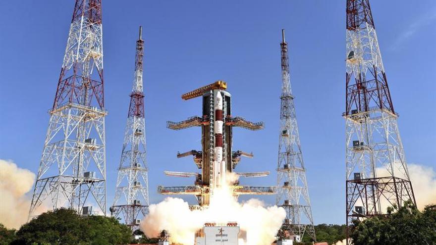 La India lanza con éxito al espacio 20 satélites en un solo cohete
