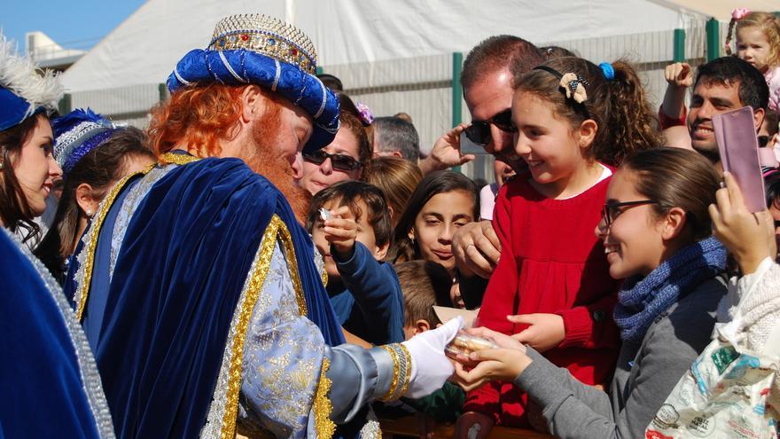 Una niña entrega galletas a Gaspar