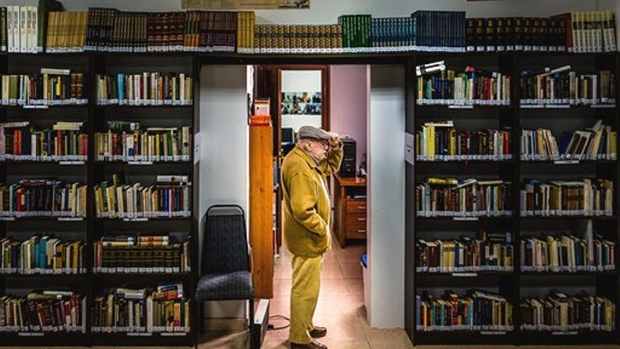 José Ramón Saiz-Viadero, en la biblioteca que lleva su nombre en Toranzo.