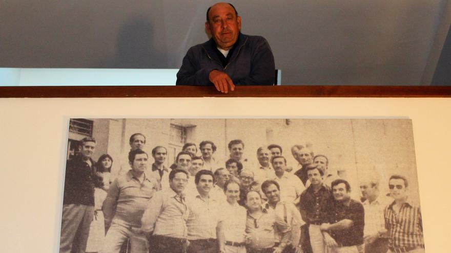 Jaume Pascual junto con el cuadro donde aparece de joven junto con otros alcaldes de la provincia de Alicante elegidos tras las primeras municipales democráticas de 1979.
