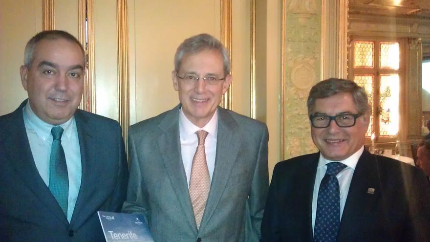 Miguel Ángel Santos junto al embajador de España en Suecia y el director de la oficina de Turespaña en el país escandinavo.