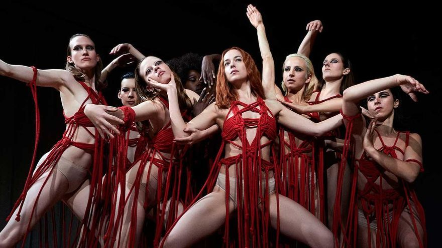 La bailarinas de 'Suspiria' interpretando la obra 'Volk'