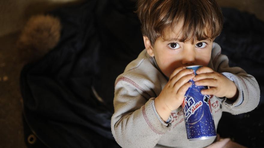 El consumo excesivo de bebidas azucaradas está relacionado con la epidemia global de obesidad infantil