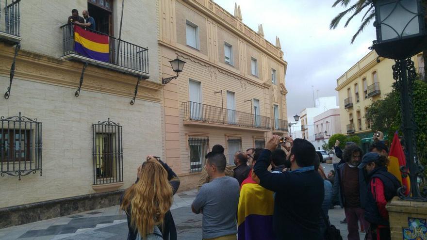 El acto celebrado esta mañana en Ayamonte, con el apoyo de varias personas en la Plaza de la Laguna.