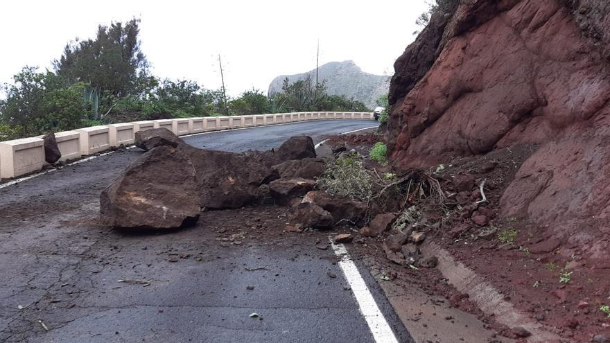 Cortada al tráfico la carretera de Taganana tras un gran desprendimiento