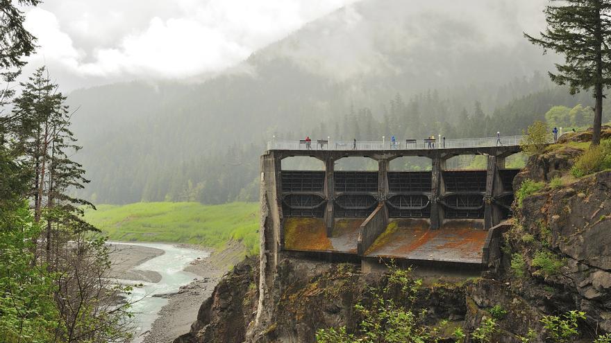 Demolida en 2014, una parte de la presa Glines Canyon se dejó en pie como testimonio de lo ocurrido.