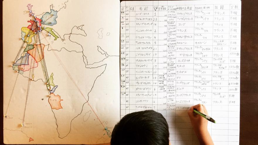 Nanao Suzuki terminando su mapa decolonial de los jugadores de la selección francesa de fútbol. Fotografía de Léopold Lambert.
