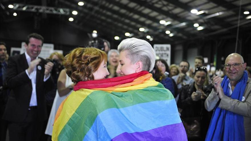 Monnine Griffith (i) y Clodagh Robinson celebran los resultados del referéndum sobre el matrimonio gay en Irlanda. EFE