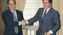 José María Aristrain de la Cruz (d) saluda a Pedro Ferreras, entonces presidente de la SEPI, tras la compra de Aceralia en marzo de 1998. EFE