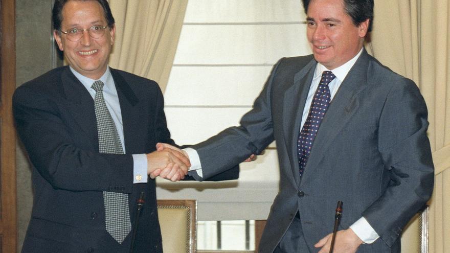 José María Aristrain de la Cruz (d) saluda a Pedro Ferreras, entonces presidente de la SEPI, tras la compra de Aceralia en marzo de 1998.