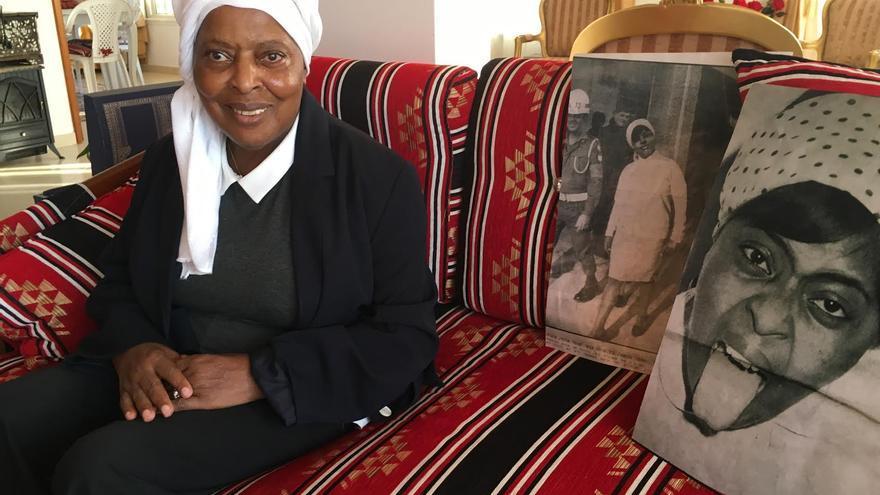 Fatima Barnawi con dos famosas fotografías suyas tomadas durante su arresto. | Foto: Isabel Pérez
