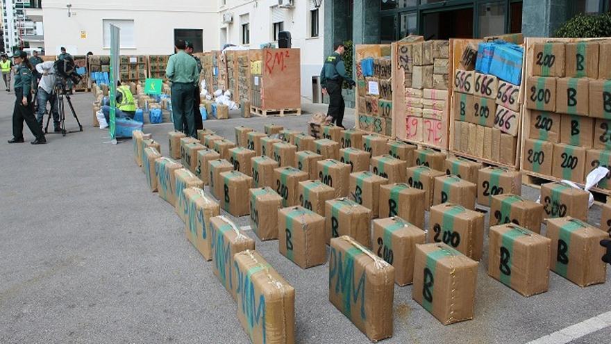 Imagen del mayor alijo de hachís interceptado en España por la Guardia Civil, este viernes en Algeciras