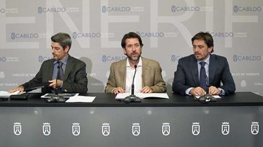 Jorge Marichal (derecha), junto a Carlos Alonso y Alberto Bernabé, del Cabildo, ambos a favor de la actual regulación