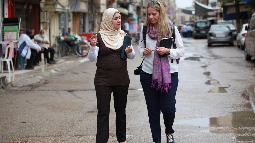 Raquel Martí, directora de UNRWA España, visitando uno de los campamentos de la Agencia en Homs