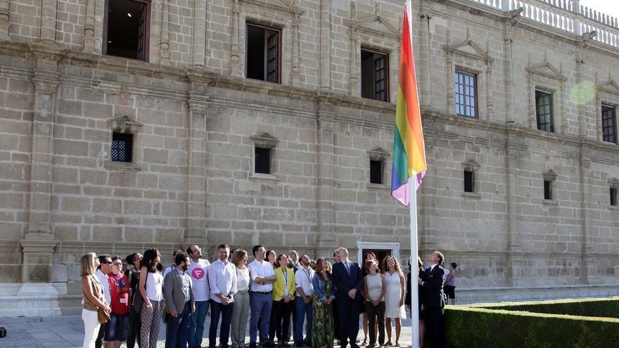 El Parlamento iza la bandera multicolor con motivo del Día Mundial de la Diversidad Sexual