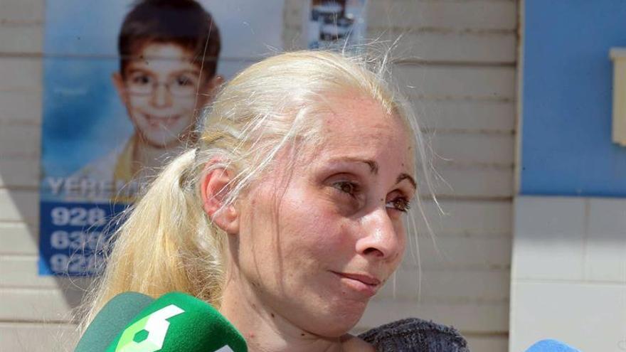 Ithaisa Suárez, madre del niño Yeremi Vargas, a las puertas de su casa de Vecindario