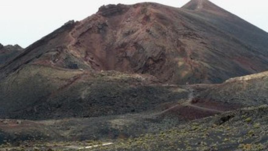 Parte de la lava del Teneguía (en la imagen) tapó la Fuente Santa que, en 1677, fue sepultada por el volcán San Antonio.