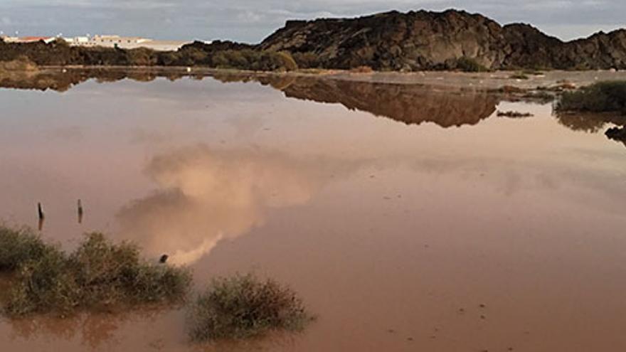Una grave avería al caerse la pared de un depósito deja sin agua a Teguise y Haría