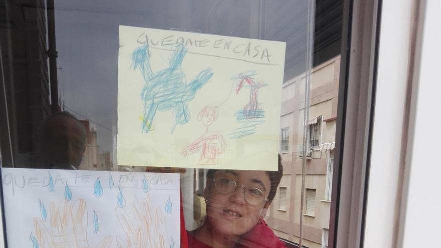 Carla, una joven con discapacidad intelectual, pasa el confinamiento haciendo manualidades con revistas.