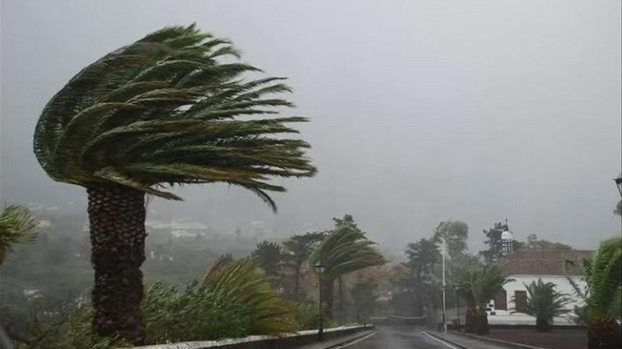Aviso amarillo por lluvia y viento este martes en las islas más montañosas de Canarias