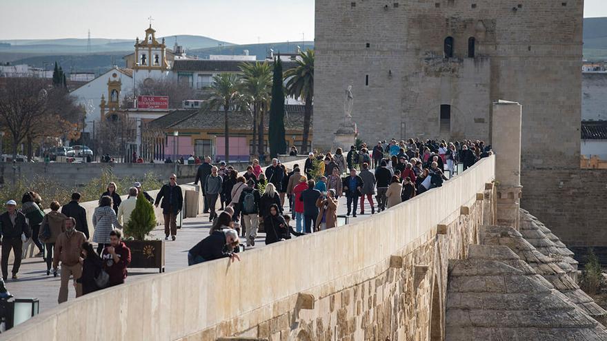 Puente Romano repleto de turistas en una imagen de archivo | TONI BLANCO