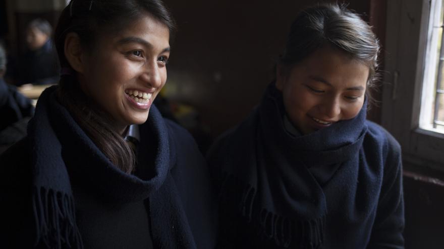 Neeta KC cayó en las redes de la trata con 14 años; fue esclava sexual y bailarina de cabina en un dance club, cobrando apenas 900 rupias (7,5 €) al mes. Su madre denunció su caso de desaparición y nuestro equipo de rescate la encontró en un peep show. Hoy vive en nuestro centro de protección a la infancia de Katmandú y estudia en la escuela que tenemos en el mismo centro: la Teresa Academy. Foto: Ayuda en Acción / Ofelia de Pablo y Javier Zurita
