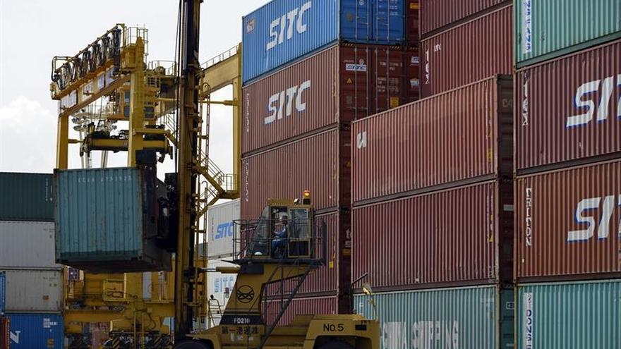Los precios de exportación e importación moderan su caída al 3,4 % y al 6,1 por ciento
