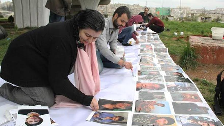 La activista siria Marcell Shehwaro, con compañeros de Alepo, durante un acto en memoria de los asesinados desde el inicio del levantamiento sirio.