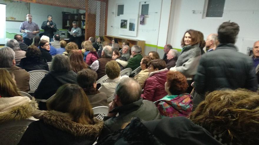 Casi un centenar de personas se concentraron en la sede vecinal de Cueto.