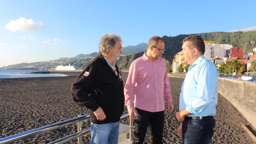 Juanjo Cabrera (d), alcalde de Santa Cruz de La Palma, y Tony Acosta (c), primer teniente de alcalde, en la playa de la capital.