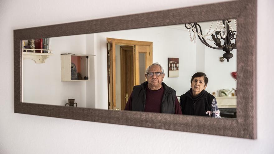 Juan y Paola luchan por su derecho a la sanidad pública.