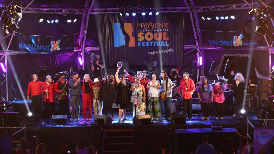 Despedida de los músicos y cantantes en la segunda jornada del Maspalomas Soul Festival
