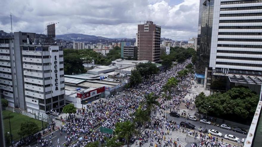 """Miles de opositores se concentran en la """"Toma de Caracas"""" para pedir el revocatorio"""