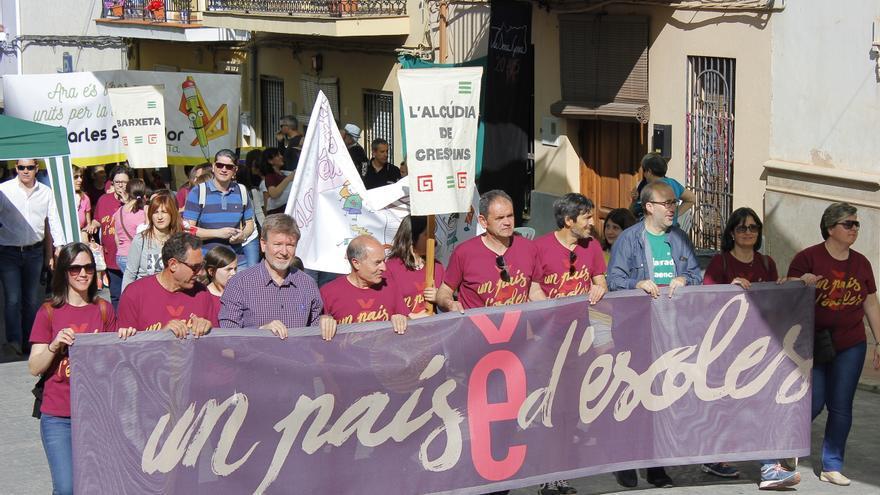 Els participants en la trobada pel valencià de la Costera han recorregut els carrers de Barxeta.