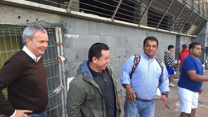 El candidato al Congreso de los Diputados por la provincia de Las Palmas, Sebastián Franquis, con el colectivo ecuatoriano.