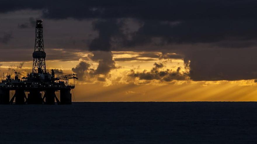 Una plataforma petrolífera en aguas canarias.   Efe