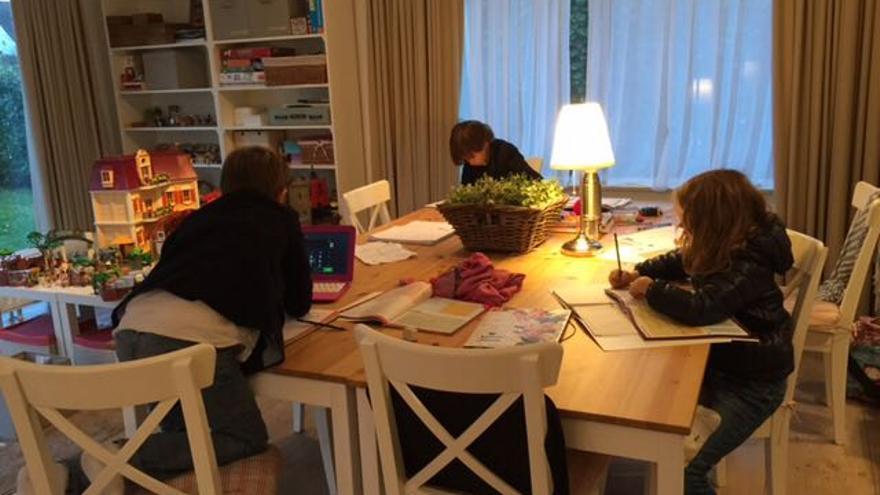 Sergio, Rodrigo y Alejandra, en su casa trabajando.