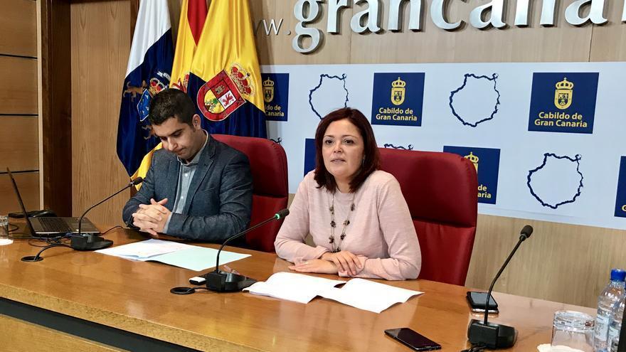 La consejera insular de Educación y Juventud, María Isabel Santana, en la presentación junto al sociólogo, Josué Gutiérrez.